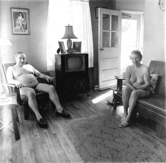 Un jubilidado y su mujer en un campo nudista por la mañana 1963